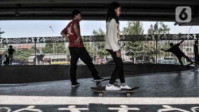 Muda-mudi bermain skateboard di Skate Park Kolong Flyover Pasar Rebo, Jakarta, Minggu (23/8/2020). Meski pandemi Covid-19 terus merebak di Ibu Kota, Skate Park Kolong Flyover Pasar Rebo tetap ramai didatangi untuk menyalurkan hobi. (Liputan6.com/Iqbal Nugroho)