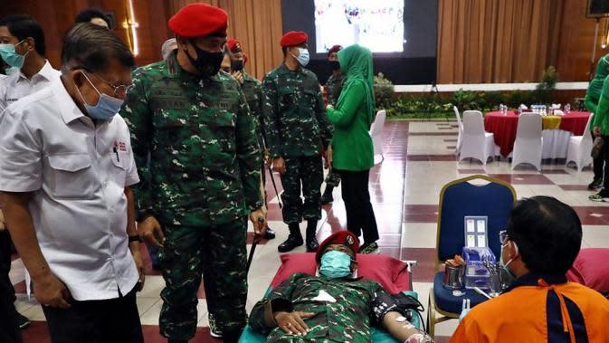 Ketua Umum PMI Jusuf Kalla menghadiri kegiatan donor darah dan penyerahan bantuan sembako bagi warga kurang mampu yang terdampak COVID-19 di Mabes TNI dan Markas Kopasus Cijantung Jakarta Timur, Selasa (22/9/2020). (Tim Komunikasi Jusuf Kalla/JK)