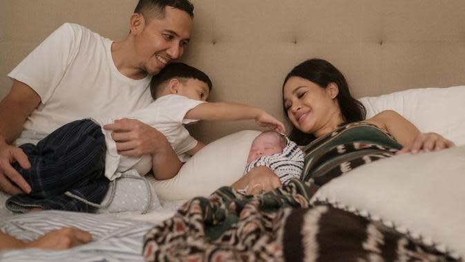 Potret kebahagiaan Andien Aisyah dan Ippe menyambut anggota baru keluarganya. Kelahiran anak kedua ini juga sesuai dengan tebakan dari anak pertamanya yang ngotot lahir pada Mei. Sedangkan menurut perkiraan lahir pada April. (Instagram/andienaisyah)