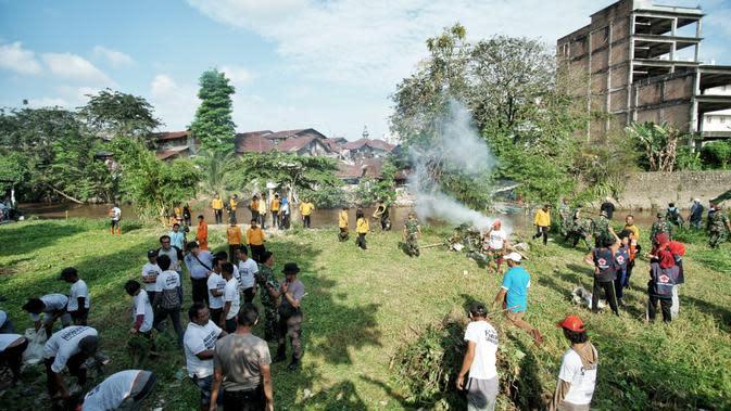Puluhan Preman di Medan Dihukum Gotong Royong Bersihkan Sungai