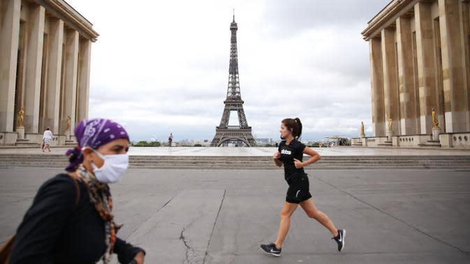 Orang-orang tampak beraktivitas di area Istana Trocadero tak jauh dari Menara Eiffel di Paris, 10 Juli 2020. Jumlah kematian terkait corona di Prancis naik menjadi 30.004, sementara jumlah pasien yang dirawat di rumah sakit atau di ICU terus turun pada Jumat (10/7). (Xinhua/Gao Jing)