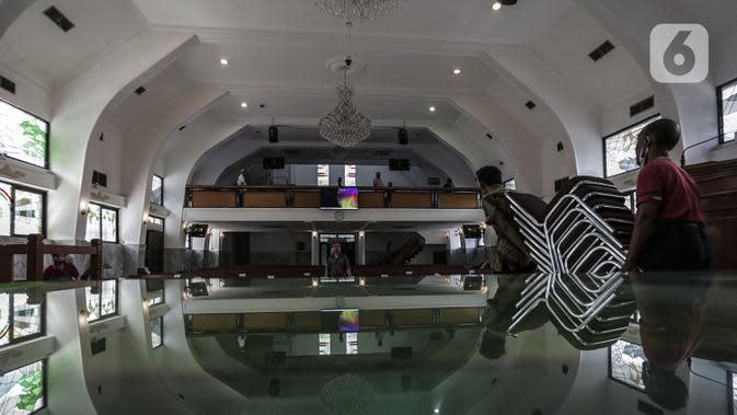 Aktivitas karyawan untuk menyambut kenormalan baru di Gereja Protestan Indonesia Bagian Barat (GPIB) Effatha, Jakarta, Sabtu (4/7/2020). GPIB Effatha menerapkan protokol kesehatan seiring kembali dibukanya gereja tersebut untuk ibadah di tengah pandemi COVID-19. (Liputan6.com/Johan Tallo)