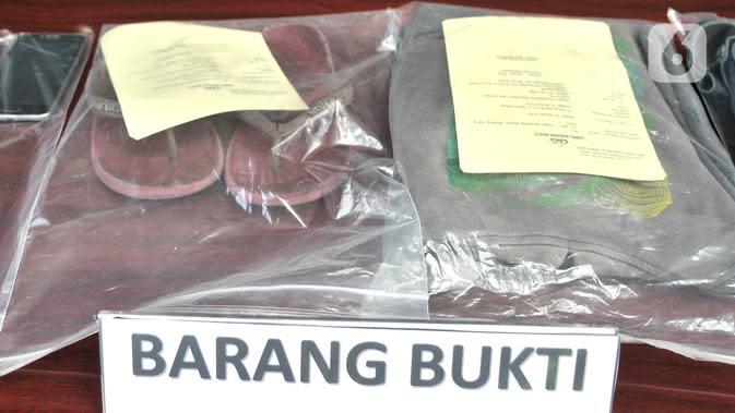 Sejumlah barang bukti milik Denny Hendrianto diperlihatkan saat rilis kasus begal payudara di Mapolda Metro Jaya, Jakarta, Senin (20/1/2020). Aksi cabul Denny yang sempat viral di media sosial itu diakui telah dilakukan selama lima kali dengan korban mayoritas ibu-ibu. (merdeka.com/Iqbal S. Nugroho)