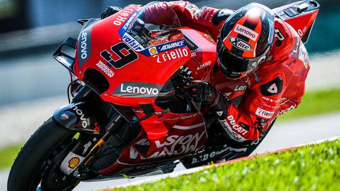Pebalap Ducati, Danilo Petrucci, saat beraksi pada tes pramusim MotoGP 2019 di Sirkuit Sepang, Kamis (7/2). Pada tes pramusim kali ini Maverick Vinales menduduki posisi pertama dengan catatan waktu 1 menit 58.897 detik. (AFP/Mohd Rasfan)