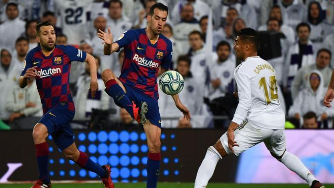 Gelandang Barcelona, Sergio Busquets, pada laga kontra Real Madrid di Santiago Bernabeu, Minggu (1/3/2020). Pada laga pekan ke-26 La Liga tersebut, Barca takluk 0-2 dari Madrid. (AFP/GABRIEL BOUYS)