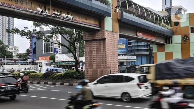 Kendaraan melintasi kamera tilang elektronik atau Electronic Traffic Law Enforcement (ETLE) di Jalan Margonda Raya, Depok, Jawa Barat, Minggu (11/10/2020). Sistem tilang elektronik tersebut diharapkan dapat meningkatkan kedisiplinan dan menekan pelanggaran lalu lintas. (merdeka.com/Iqbal S. Nugroho)