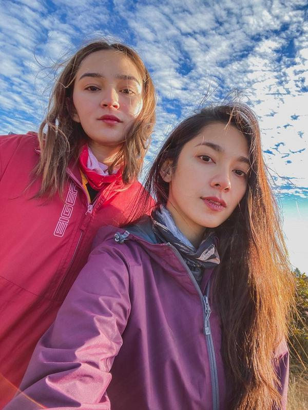 Momen seru saat menikmati matahari terbit pun diunggah oleh Dinda Kirana dalam akun Instagramnya. Banyak netizen pun membanjiri kolom komentar Instagramnya tersebut. Ia pun kini menyukai olahraga naik gunung. (Liputan6.com/IG/@dindakirana.s)