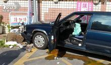 快訊/開車撞進加油站! 7旬駕駛錯踩油門釀禍