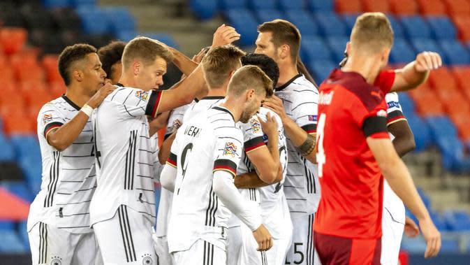 Pemain Jerman merayakan gol yang dicetak oleh Ilkay Gundogan ke gawang Swiss pada laga UEFA Nations League di Stadion St. Jakob-Park, Senin, (7/9/2020). Kedua tim bermain imbang 1-1. (Georgios KefalasKeystone via AP)