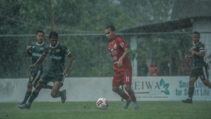 Gelandang sayap Persija, Novri Setiawan, saat beruji coba dengan Persikabo di Lapangan PSSN, Depok, Selasa (15/9/2020). (Media Persija).
