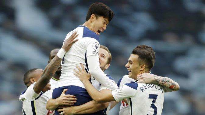 Para pemain Tottenham Hotspur merayakan gol yang dicetak oleh Son Heung-min ke gawang West Ham United pada laga Liga Inggris Senin (19/10/2020). Kedua tim bermain imbang 3-3. (AP/Matt Dunham, Pool)