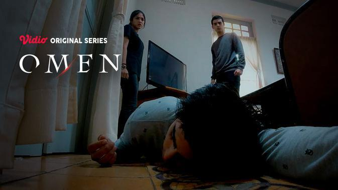 Cut Syifa dan Ciccio Manassero dalam satu adegan di Vidio original series Omen. (credit: Vidio)