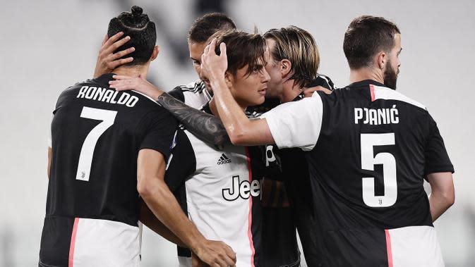 Para pemain Juventus merayakan gol yang dicetak oleh Paulo Dybala ke gawang Lecce pada laga Serie A di Stadion Allianz, Jumat (26/6/2020). Juventus menang 4-0 atas Lecce. (AP/Fabio Ferrari)