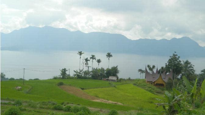 Pemandangan Danau Maninjau dari Kelok 34. (Liputan6.com/Novia Harlina)