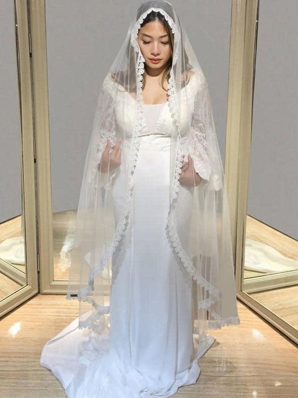 Nabila Putri mengenakan pakaian pengantin