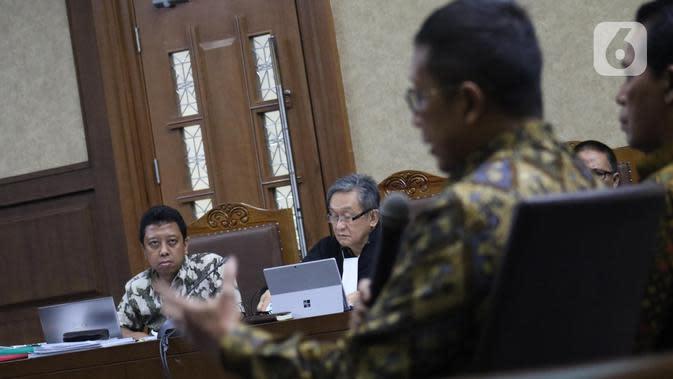 Terdakwa dugaan suap jual-beli jabatan di lingkungan Kemenag, M Romahurmuziy (kiri) menyimak keterangan mantan Menteri Agama, Lukman Hakim Saifuddin saat sidang lanjutan di Pengadilan Tipikor Jakarta, Rabu (4/12/2019). Sidang beragenda mendengar keterangan saksi. (Liputan6.com/Helmi Fithriansyah)
