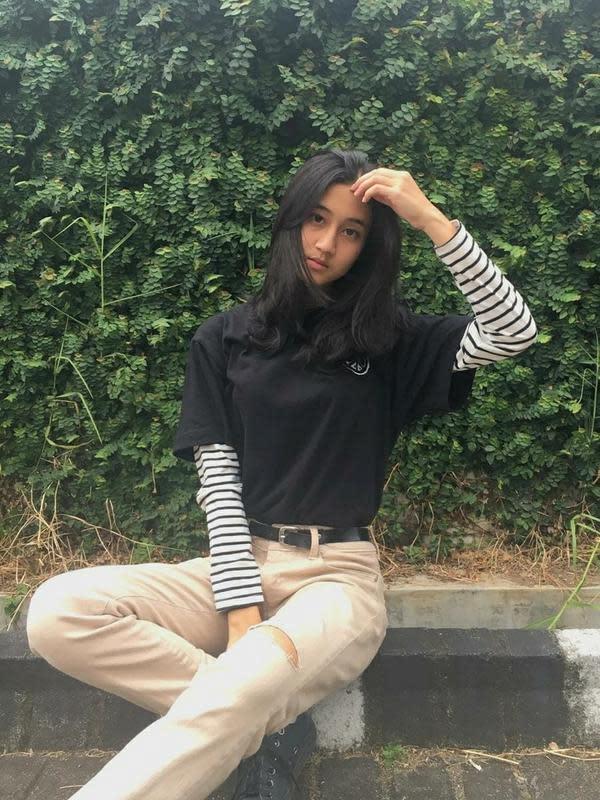 Penampilan Keisya saat menggunakan baju hitam dan celana berwarna khaki ini tampak sangat menawan. Penyanyi muda yang juga model ini selalu tampil cantik dengan rambutnya yang lurus. Patut ditunggu karya-karya Keisya Levronka selanjutnya. (Liputan6.com/IG/@keisyalevronka)