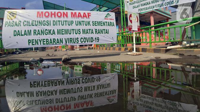Spanduk sosialisasi penutupan sementara kawasan Pasar Cileungsi, Kabupaten Bogor, Selasa (2/6/2020). Penutupan sementara kegiatan jual beli di Pasar Cileungsi terkait adanya tujuh pedagang yang positif terinfeksi virus COVID-19. (Liputan6.com/Helmi Fithriansyah)