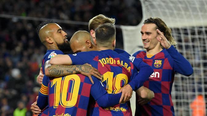 Para Pemain Barcelona merayakan gol. (Lluis Gene/AFP)