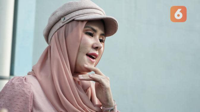 Angel Lelga usai jadi bintang tamu acara Rumpi, di kawasan Tendean, Jakarta Selatan, Rabu (29/1/2020). (Adrian Putra/Fimela.com)