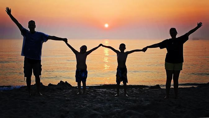 Ilustrasi liburan bersama keluarga. (dok. JillWellington/Pixabay/Tri Ayu Lutfiani)