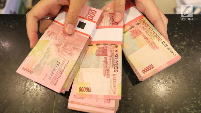Sejumlah uang kertas rupiah ditunjukkan petugas di Bank BUMN, Jakarta, Selasa (17/4). Rupiah hari ini diperdagangkan dengan kisaran Rp 13.766 -Rp 13.778 per dolar AS. (Liputan6.com/Angga Yuniar)
