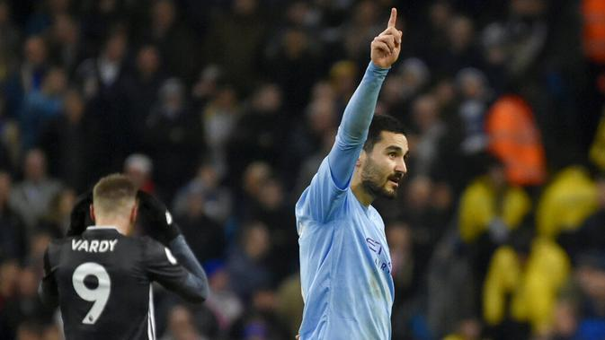 Gelandang Manchester City, Ilkay Gundogan, melakukan selebrasi usai membobol gawang Leicester City pada laga Premier League 2019 di Stadion Etihad, Sabtu (21/12). Manchseter City menang 3-1 atas Leicester City. (AP/Rui Vieira)