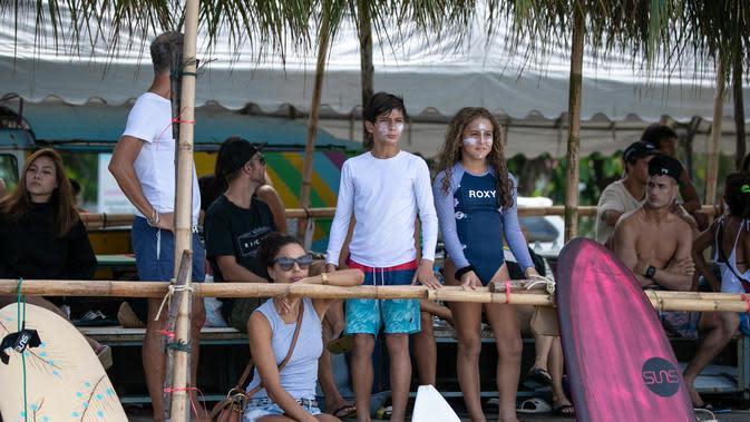 Para wisatawan menonton Kontes Selancar Phuket 2020 di Pantai Kalim di Phuket, Thailand (14/9/2020). Acara yang berlangsung selama tiga hari itu merupakan bagian dari kampanye pemerintah Thailand untuk mempromosikan pariwisata dan merangsang perekonomian. (Xinhua/Zhang Keren)