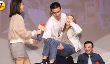 世新六百學生應援《粉紅》 章廣辰公主抱加碼人工呼吸