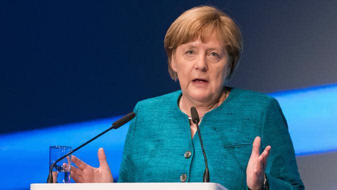 Kanselir Jerman Angela Merkel berpidato dalam acara peluncuran pabrik baterai Accumotive di Kamenz, Jerman (22/5). (AP Photo/Jens Meyer)
