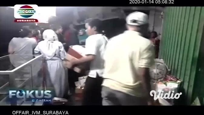 VIDEO: Dugaan Korsleting Listrik Sebabkan 7 Kios Pasar Kepatihan Gresik Terbakar