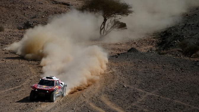 Carlos Sainz mengambil alih pimpinan klasemen Reli Dakar 2020 usai merebut stage ketiga, Selasa (7/1/2020) (FRANCK FIFE / AFP)