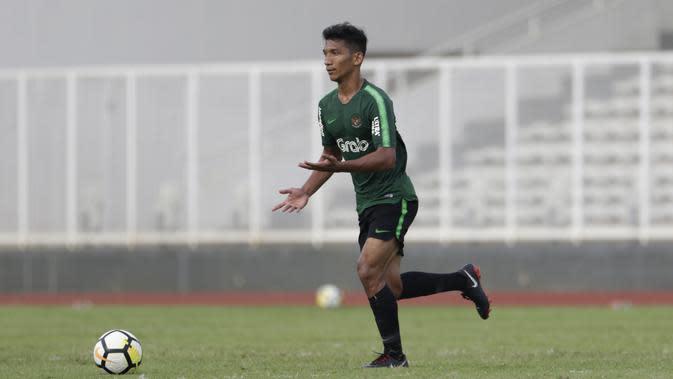 Gelandang Timnas Indonesia U-23, T.M. Ichsan, menggiring bola saat melawan Semen Padang pada laga ujicoba di Stadion Madya, Jakarta, Selasa (12/3). Keduanya bermain imbang 2-2. (Bola.com/Vitalis Yogi Trisna)