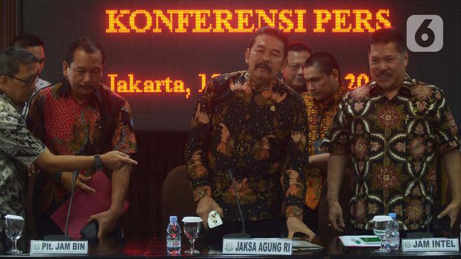 Jaksa Agung ST Burhanuddin menggelar barang bukti perkara hasil eksekusi perkara terpidana Koko Jiang alias Kokos Leo Lim di Gedung Kejaksaan Agung, Jakarta, Jumat (15/11/2019). Kejaksaan menyita barang bukti dalam perkara tindak pidana korupsi sebesar Rp. 477.359.539.000. (merdeka.com/Imam Buhori)