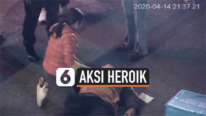 VIDEO: Aksi Heroik Perawat Selamatkan Nyawa Kurir yang Pingsan di Jalan