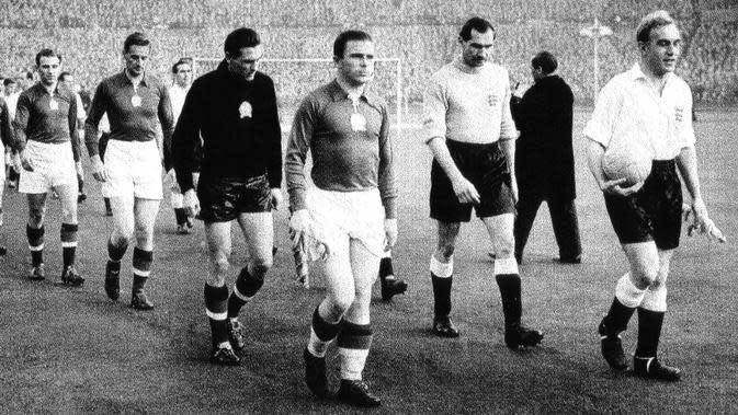 Legenda tim nasional Hungaria, Ferenc Puskas (kiri, kapten). (AFP/Zoltan Thaly Jr)