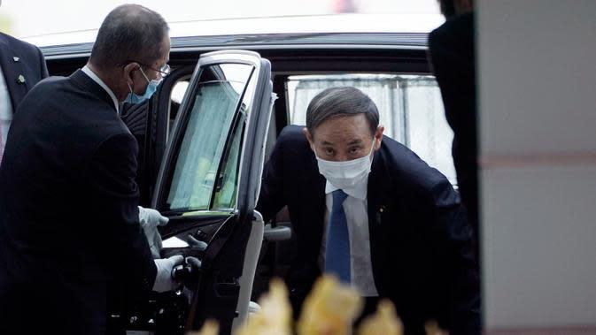 Yoshihide Suga tiba di kantor perdana menteri setelah terpilih sebagai Perdana Menteri Baru Jepang, di Tokyo, Rabu (16/9/2020). Yoshihide Suga secara resmi terpilih sebagai PM Jepang dalam pemungutan suara parlemen, menggantikan Shinzo Abe yang mundur karena sakit. (AP Photo/Eugene Hoshiko)