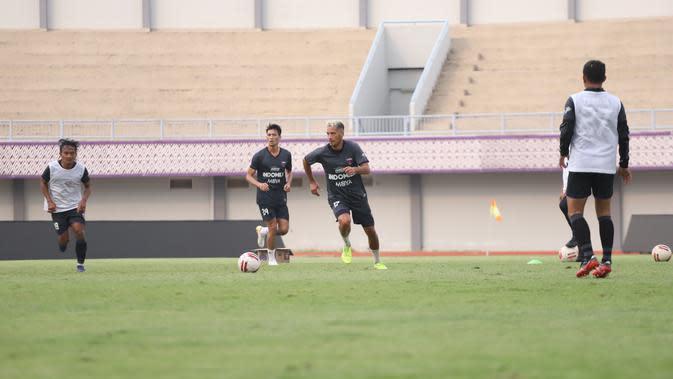 Gelandang Persita Tangerang, Raphael Maitimo, saat berlatih bersama timnya. (Dok. Persita Tangerang)