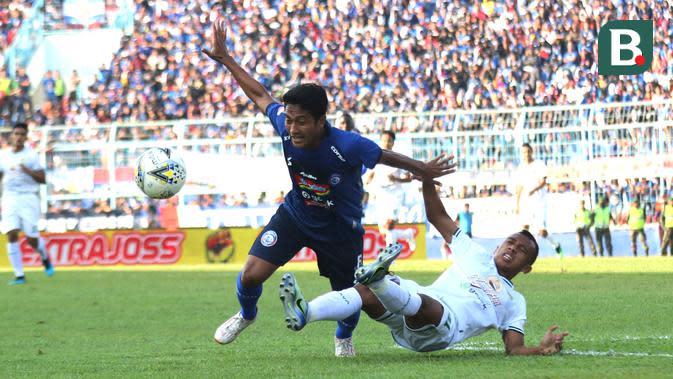 Pemain Arema, Nasir, berebut bola dengan pemain Persebaya Surabaya, Irfan Jaya, dalam laga pekan ke-14 Shopee Liga 1 2019 yang digelar di Stadion Kanjuruhan, Malang, Kamis (15/8/2019). (Bola.com/Aditya Wany)