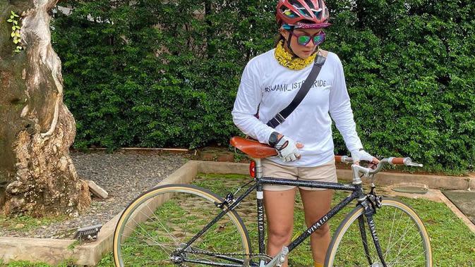 Nirina Zubir dan Sepedanya (Instagram/nirinazubir_)