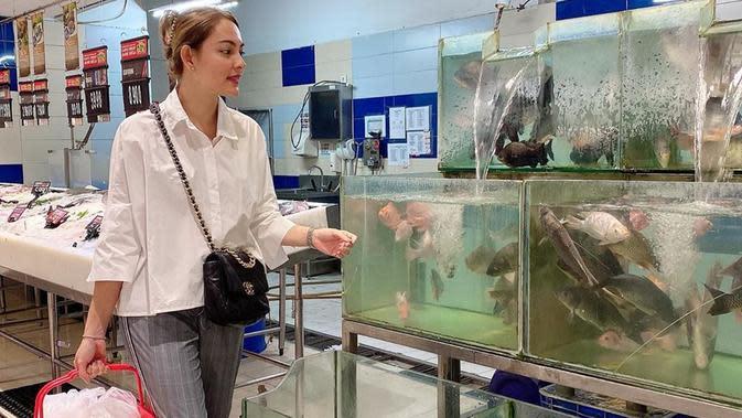 Dokter Reisa Broto Asmoro membagikan deretan tips dalam memilih seafood. (dok. Instagram @reisabrotoasmoro/https://www.instagram.com/p/B7Lef1nAbB3/Putu Elmira)