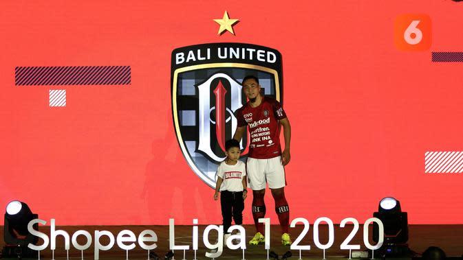 Pemain Bali United, Gunawan Dwi Cahyo, memamerkan jersey Bali United saat launching Shopee Liga 1 di Hotel Fairmont, Jakarta, Senin (24/2). Sebanyak 18 klub pamerkan jersey untuk kompetisi Shopee Liga 1 2020. (Bola.com/Yoppy Renato)
