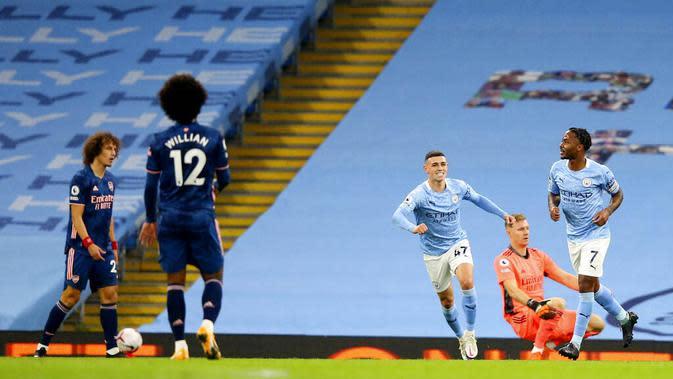 Striker Manchester City, Raheem Sterling, merayakan gol yang dicetak ke gawang Arsenal pada laga Liga Inggris di Stadion Etihad, Minggu (18/10/2020). City menang dengan skor 1-0. (Alex Livesey/Pool via AP)