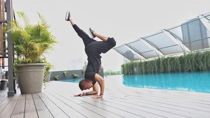Anjasmara mengaku jika jatuh cinta dengan meditasi yoga pada awal 2004 silam. Suami Dian Nitami ini juga awalnya hanya mengajar di lingkungan terdekat seperti teman-teman. (Liputan6.com/IG/@anjasmara)