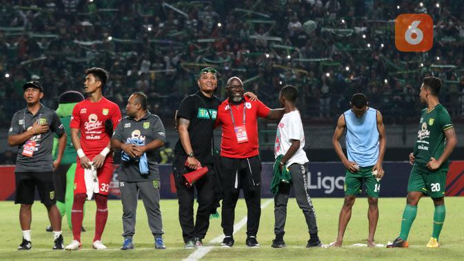 Pelatih Persipura Jayapura, Jacksen Tiago, ikut dalam ritual menyanyikan Song for Pride di tengah lapangan Stadion Gelora Bung Tomo, Surabaya, usai laga Persebaya kontra Persipura di laga pekan ke-12 Shopee Liga 1 2019, Jumat (2/8/2019). (Bola.com/Aditya Wany)