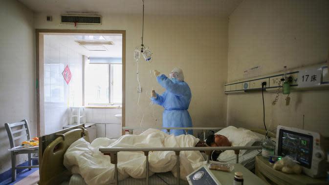 Staf medis memeriksa obat-obatan yang digunakan pada pasien terinfeksi virus corona COVID-19 di Rumah Sakit Palang Merah di Wuhan di provinsi Hubei, China (11/3/2020). (AFP/STR)