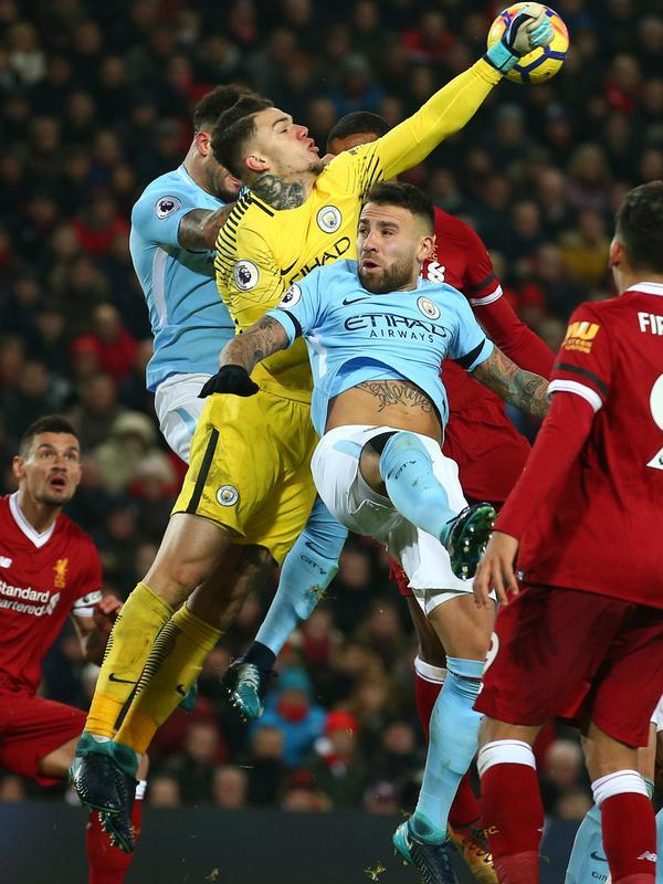 Kiper Manchester City Ederson meninju bola saat pekan ke-23 Premier League 2017-2018 melawan Liverpool di Anfield Stadium, Minggu (14/1). Liverpool memberikan kekalahan pertama bagi Manchester City 4-3. (AP/Dave Thompson)