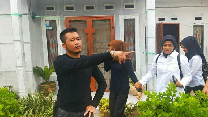 Perempuan viral (kaos hitam) karena vidoenya geleng-geleng di pinggir jalan dijemput anggota Polresta Pekanbaru. (Liputan6.com/M Syukur)