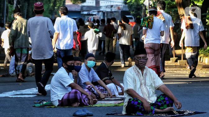 Warga usai melaksanakan salat Idul Fitri 1441 H berjemaah di Masjid Jami Assa'Dah kebayoran Lama, Jakarta, Minggu (24/5/2020). Warga yang hendak salat Id diwajibkan untuk menerapkan protokol kesehatan. (Liputan6.com/Johan Tallo)