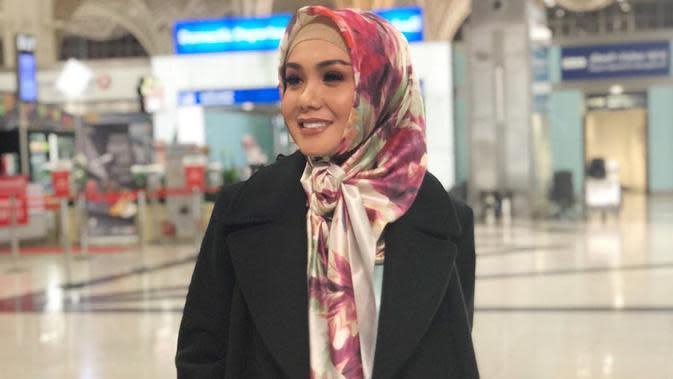 Jalan-jalan di Madina, banyak yang memuji kecantikan anggota grup vokal 5 Wanita ini seperti kecantikan wanita-wanita Turki. Pesona Yuni Shara makin terpancar jelas saat memadukan hijab dengan makeup matte yang simpel. Ia tampak awet muda dengan hijab dan gamis cerah.(Liputan6.com/IG/@yunishara36)